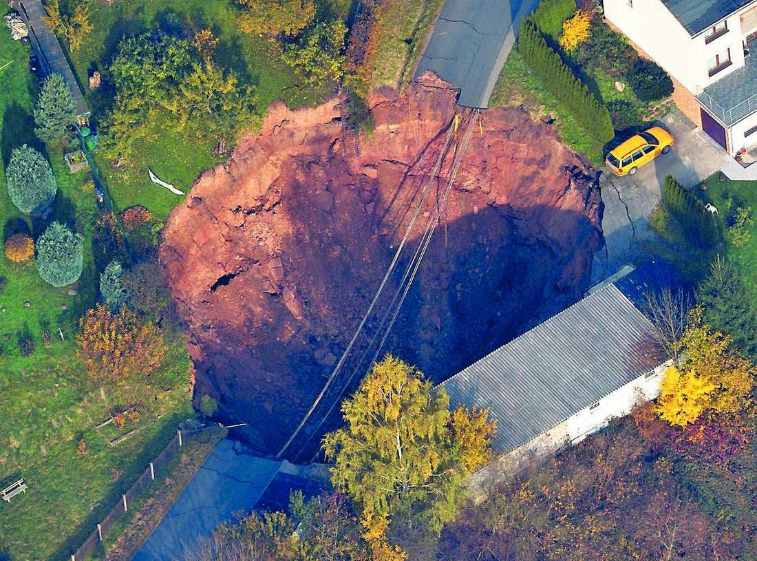 20 meter djup Ett enormt slukhål öppnade upp sig i villaområdet i den tyska staden Schmalkalden. En bil och ett halvt garage försvann.