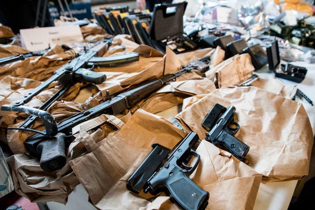 Över 200 pistoler, revolvrar och automatvapen har beslagtagits av Stockholmspolisen hittills i år. Arkivbild.