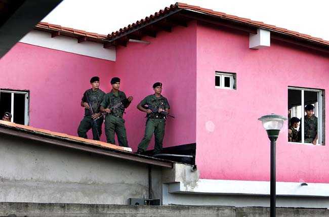 Invigning av en ny skola i Sabaneta. Militär vaktar Hugo Chavez från hustaken.