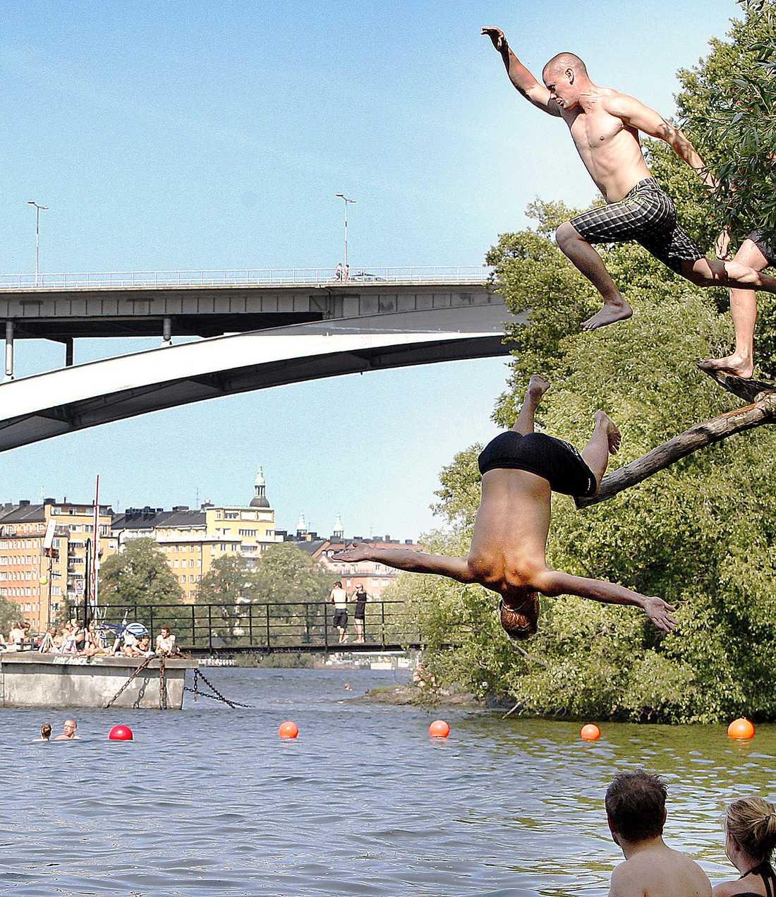 HOPP OM BAD Passa på, i helgen slår värmeböljan till i stora delar av Sverige. Så på med badkläderna och njut av temperaturer kring 25 grader.