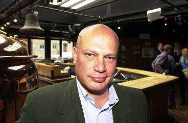 """Robert Aschberg var programledare för """"Baren"""" när det sändes i TV3."""