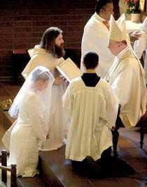 Vigseln Eva Johansson vigdes av biskop Anders Arborelius under en högtidlig ceremoni i Katolska domkyrkan i Stockholm 2004.