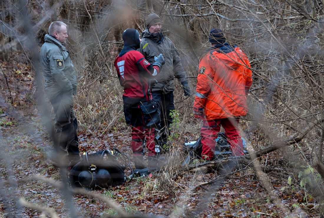 December 2019: Utredare, dykare från sjöpolisen och kriminaltekniker arbetar vid Vramsån i Tollarp. Arkivbild.