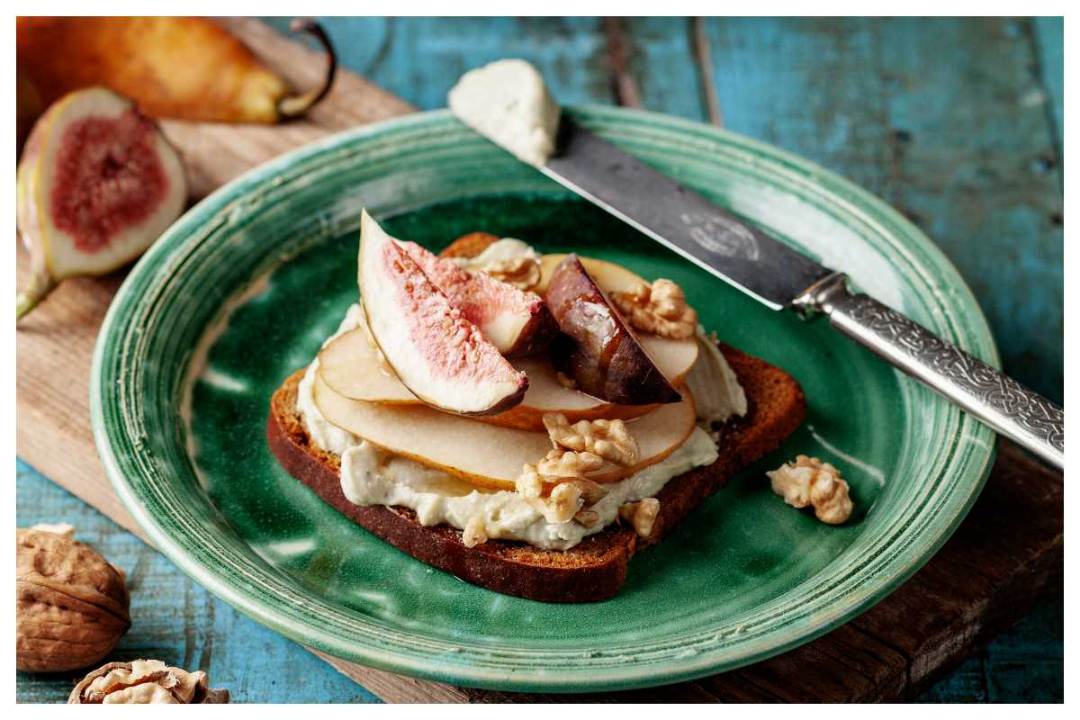 Kavring med stiltonkräm, fikon, lönnsirap och valnötter
