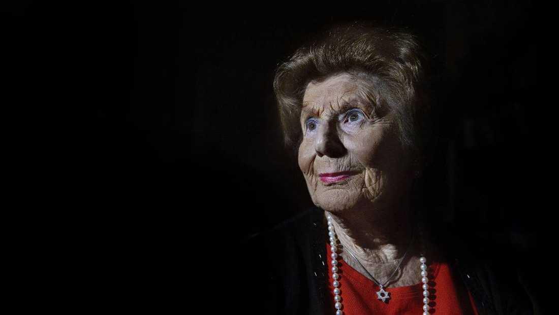 """FÖRLORADE SINA FÖRÄLDRAR Livia Fränkel, 87, överlevde förintelselägret Auschwitz. Men 70 år senare är antisemitismen som drev fram Förintelsen fortfarande närvarande. """"Jag trodde aldrig att synagogor skulle behöva hårdbevakas i Sverige. Men varför skulle det vara annorlunda här? Jag kan känna en sådan sorg över att många bara ser på. Det var likadant när min familj skickades till gettot från vårt hem i Sighet i Ungern 1944"""", säger hon."""