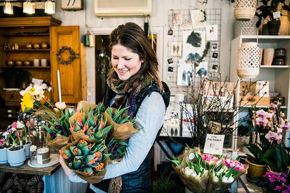 Floristen Maria Mellström visar upp dagens leverans av friska tulpaner.