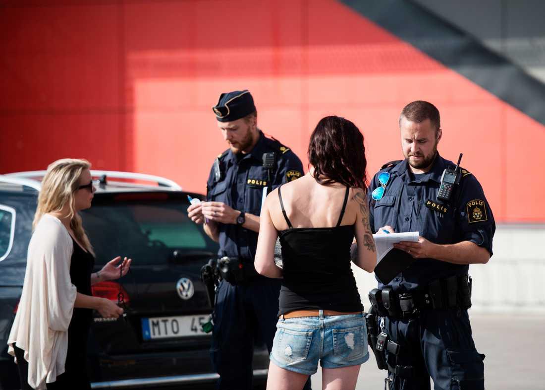 Polis förhör vittnen utanför Ikea.