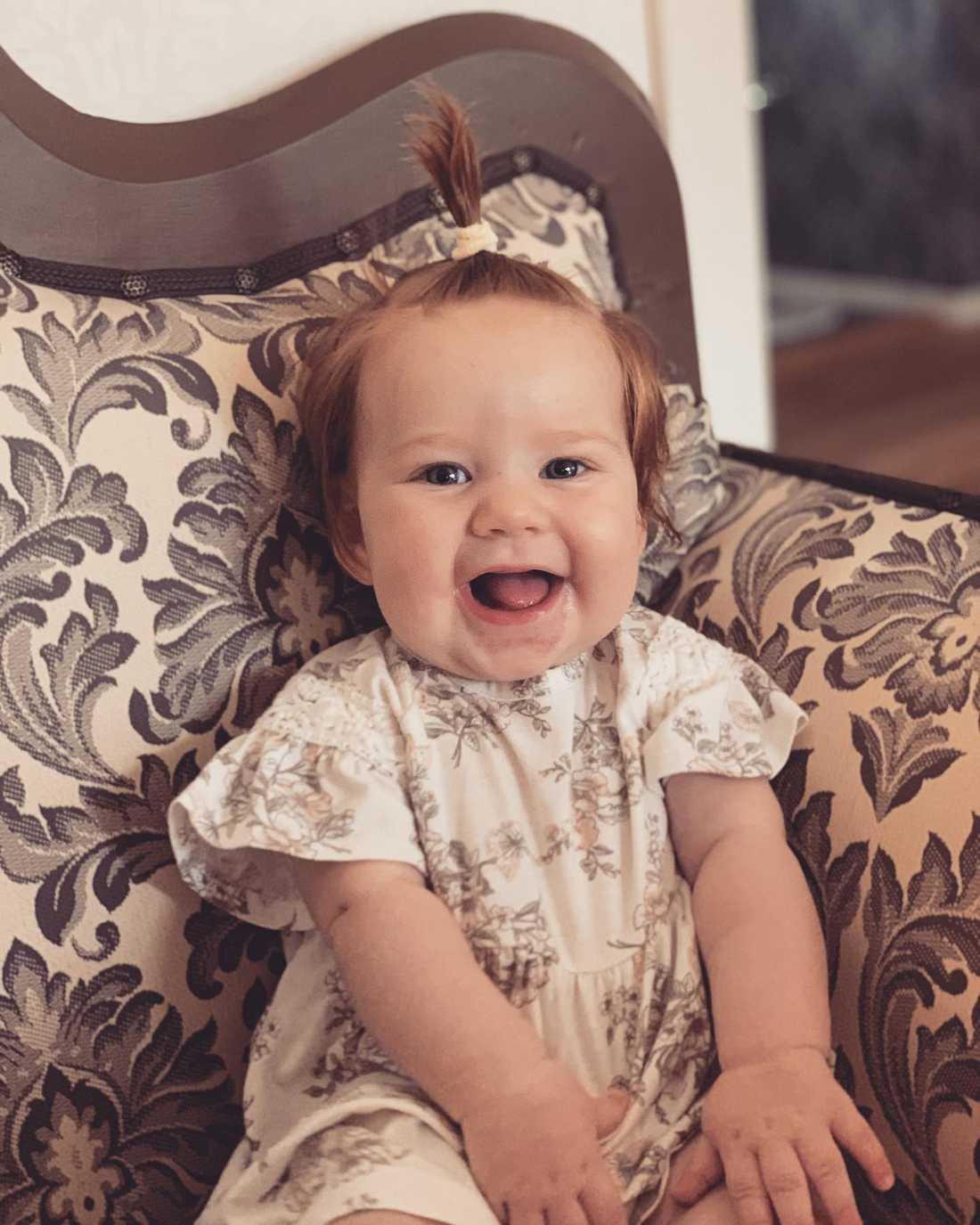 """Mamman Lisa Roos från Skövde: """"Kan säga att min dotter har en riktig kalufs hon med. Nu är hon fyra månader och har tofs för annars får hon hår som går ner i ögonen.  Andra bebisar tappar en hel del och får kala fläckar lite här och var men inte Alicia""""."""