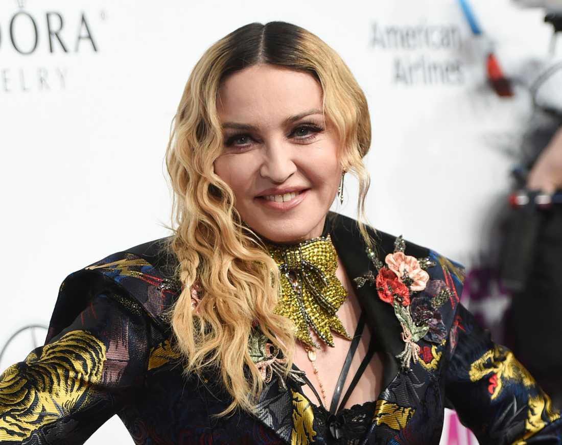 På Instagram berättar Madonna om de tragiska dödsfallen.