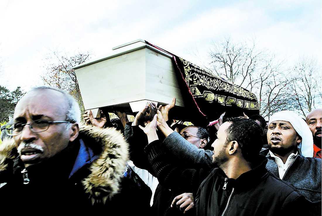 BEGRAVNINGEN Omkring tusen personer vallfärdade till Ahmed Ibrahim Alis begravning.