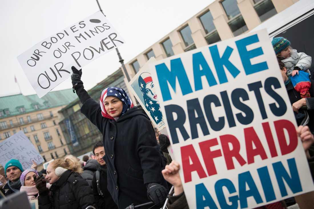 I Berlin samlades demonstranter vid Brandenburger Tor.