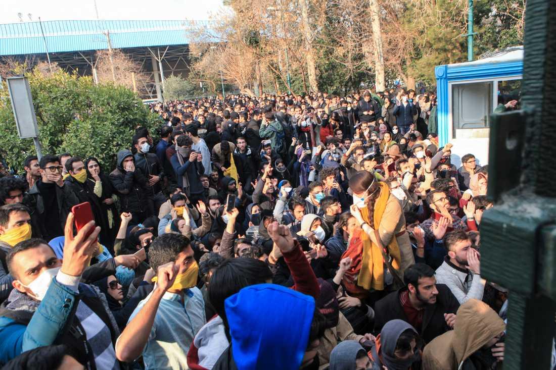 Universitetsstudenter vid en demonstration på Teherans universitet 2017. Arkivbild.