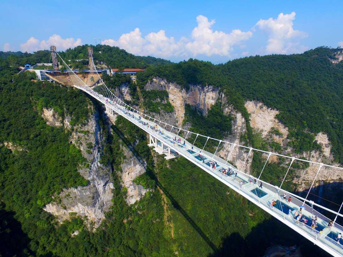 Världens högsta och längsta glasbro kommer från och med augusti också att erbjuda världens högsta bungyjump. Arkivbild.