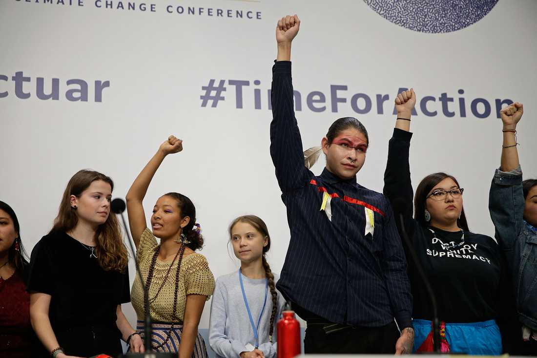 Greta Thunberg på COP25, omgiven av klimataktivister från olika delar av världen.