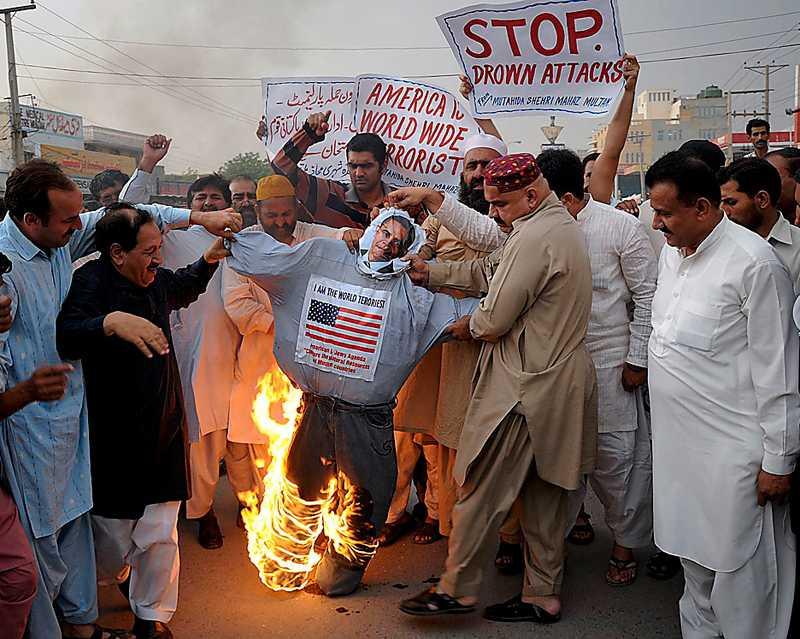 hatet  En Obamadocka bränns i Pakistan i protest mot drönarattackerna. Foto: AP