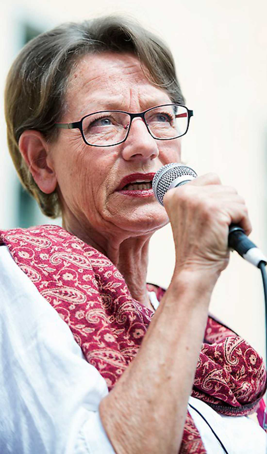 För första gången i mätningen hamnar Gudrun Schymans Feministiskt initiativ över riksdagsspärren.
