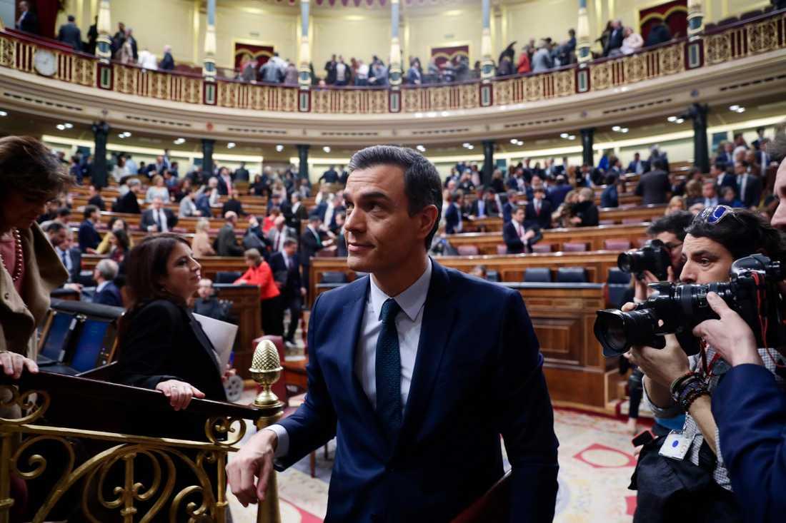Den spanske tillförordnade premiärministern Pedro Sánchez lämnar kongressen efter den första voteringen. I dag, efter den andra voteringen, antas han bli ny regeringsbildare.