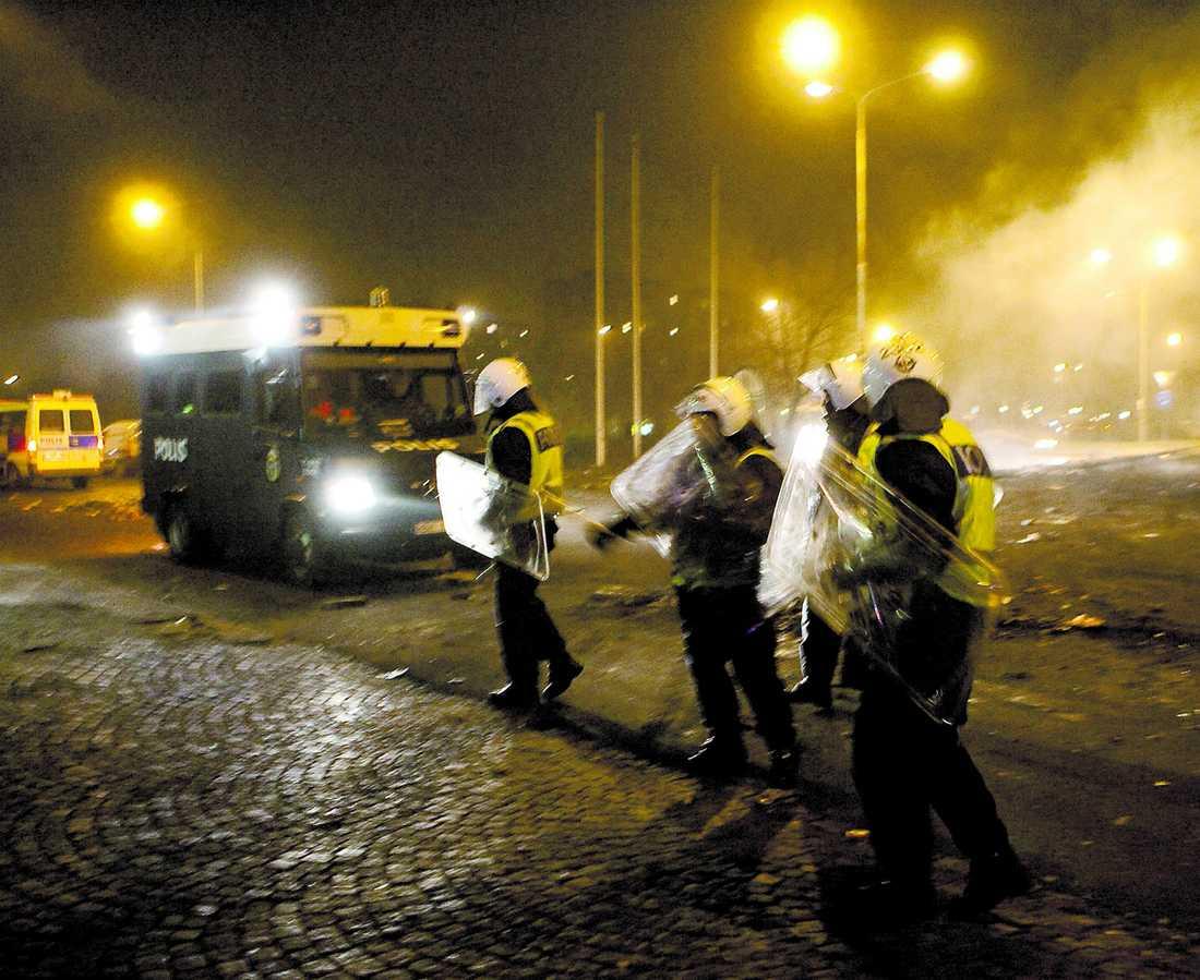 KRAVALLER Protesterna mot stängningen av en moské i Rosengård i Malmö urartade den 18 december förra året i kravaller.