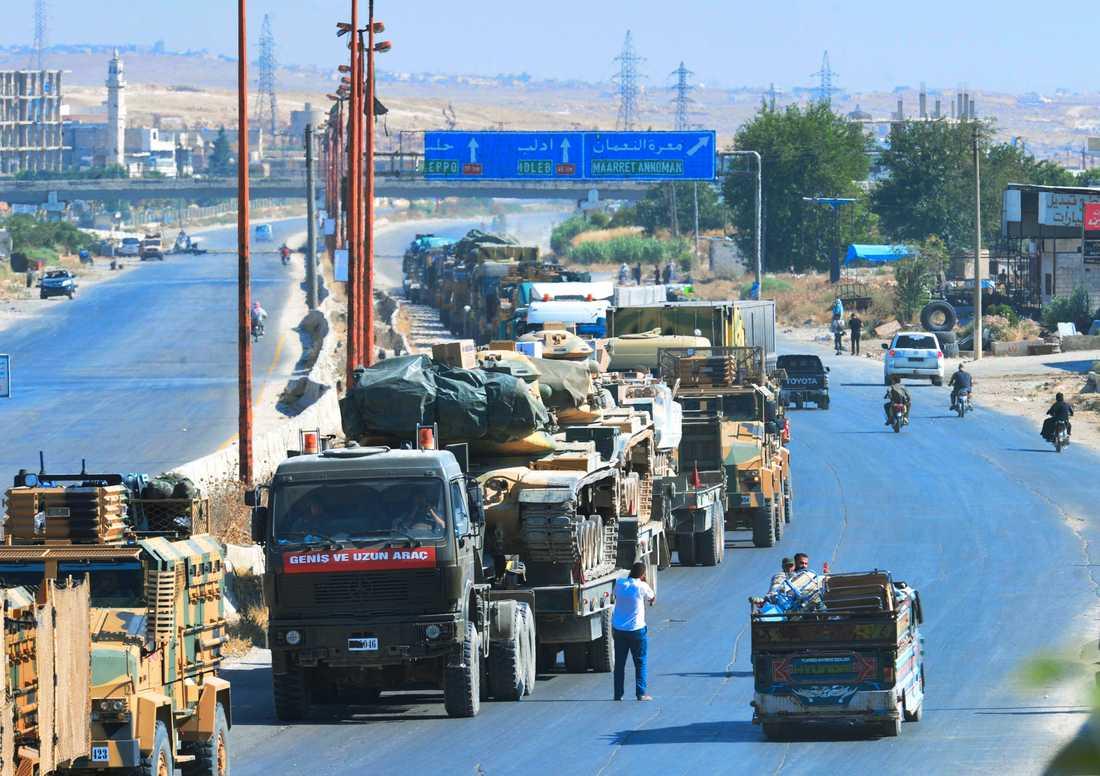 En turkisk militärkonvoj som fastnat norr om staden Khan Sheikhun i nordvästra Syrien sedan staden intagits av regimen.
