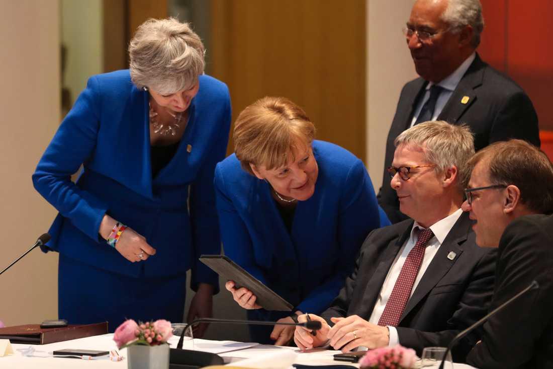 Storbritanniens premiärminister Theresa May och Tysklands förbundskansler Angela Merkel i samtal med Italiens premiärminister Antonio Costa och Finlands statsminister Juha Sipilä.