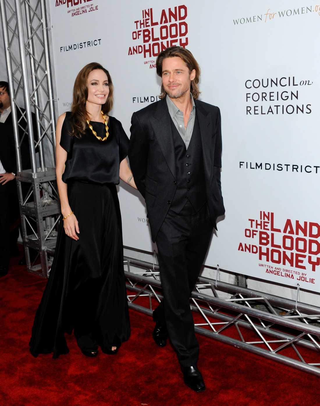 Brad Pitt på premiären av hans sambo Angelinas regidebut, filmen 'Land of blood and honey'. Pitt kombinerar en lite avslappnad uppknäppt skjort-stil med väst.