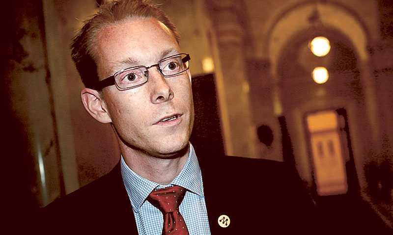 Moderaterna (här Tobias Billström) fortsätter på sin numera välkända linje att flyktingmottagningen hotar friden i Sverige.