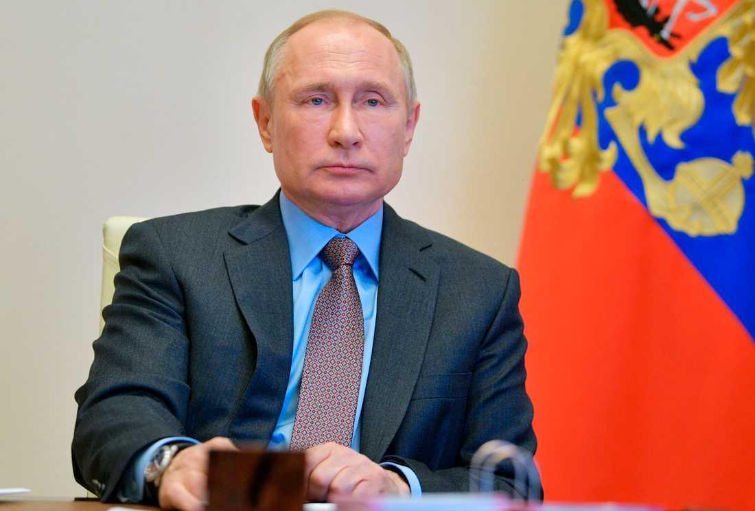 Rysslands president Vladimir Putin förlänger sitt lands nedstängning och varnar för att virustoppen inte är passerad. Arkivbild.