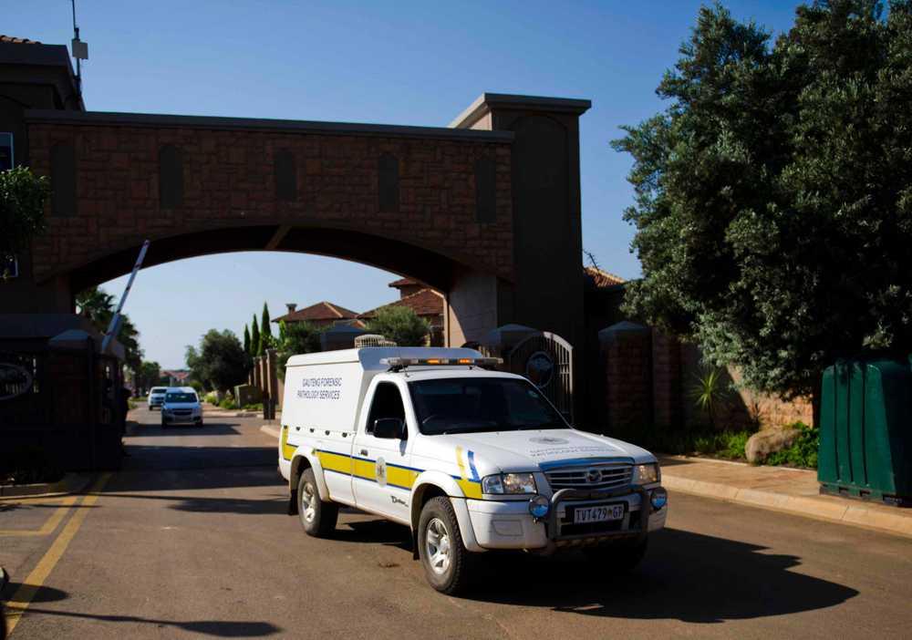 Rättsläkarens bil utanför Pistorius bostadsområde i Petoria.