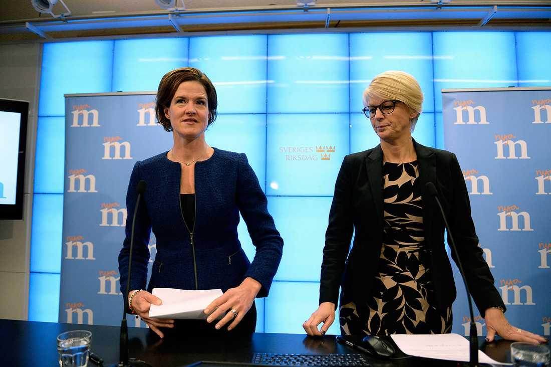 Partiledaren Anna Kinberg Batra och Elisabeth Svantesson vid M:s pressträff.