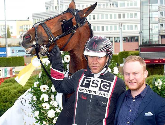Callle Wihlborg med Stefan Persson och Darling Mearas efter segern i Oaks.