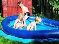 Svalkande dopp Det är viktigt att tömma ut vattnet och göra rent bassängen ofta, annars kan bakterierna föröka sig.