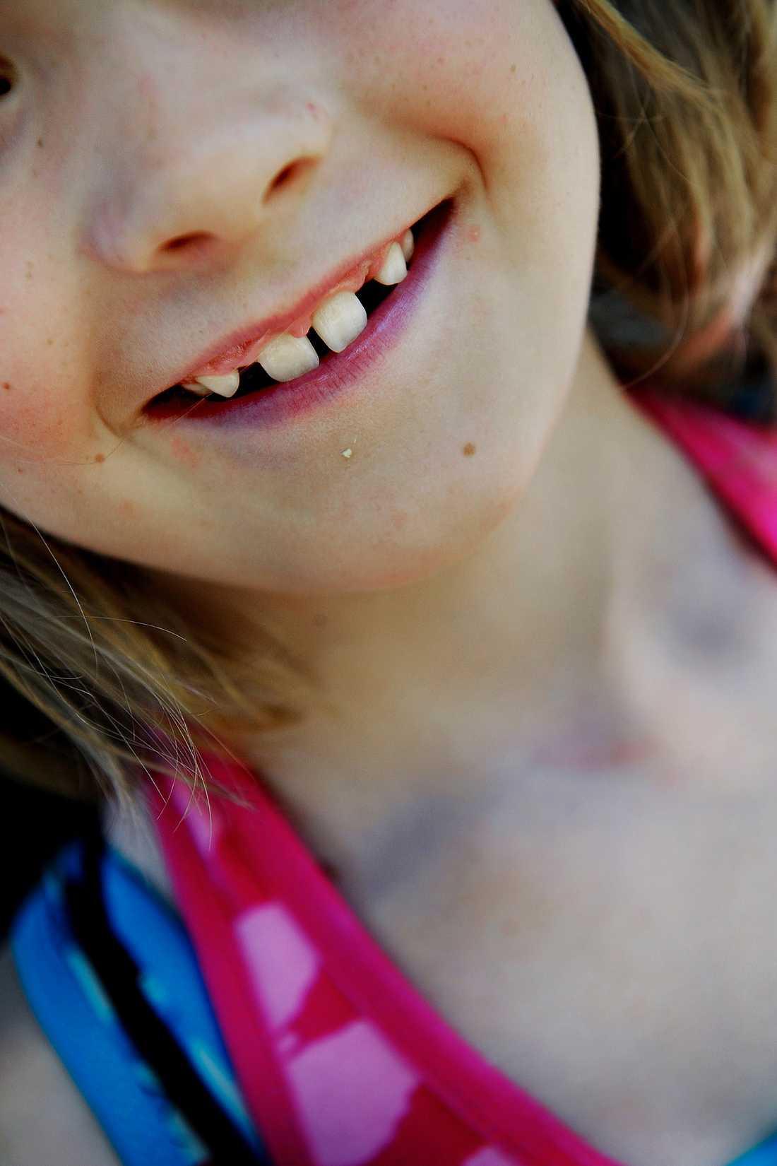 """Barnen leker och skrattar i grässlänten i Lännersta. Omgivningen är en grönskande sommaridyll. Mammorna fikar. Men de berättar också om kampen för att kunna mätta sina barn. Flera av barnen från lägret går till skolan med uppmaningen """"Ät mycket, det blir ingen middag""""."""