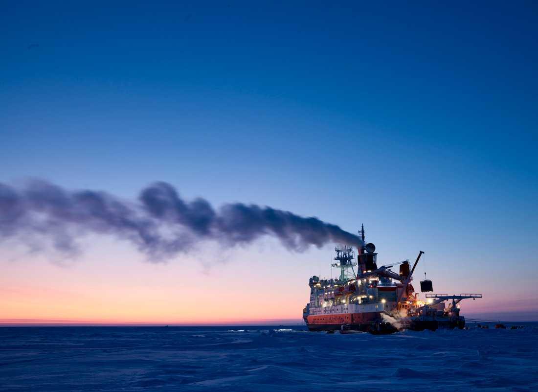 Planen är att fartyget Polarsten i slutet av maj ska bryta sig genom isen till Svalbard för att där byta expeditionsdeltagare och besättning.