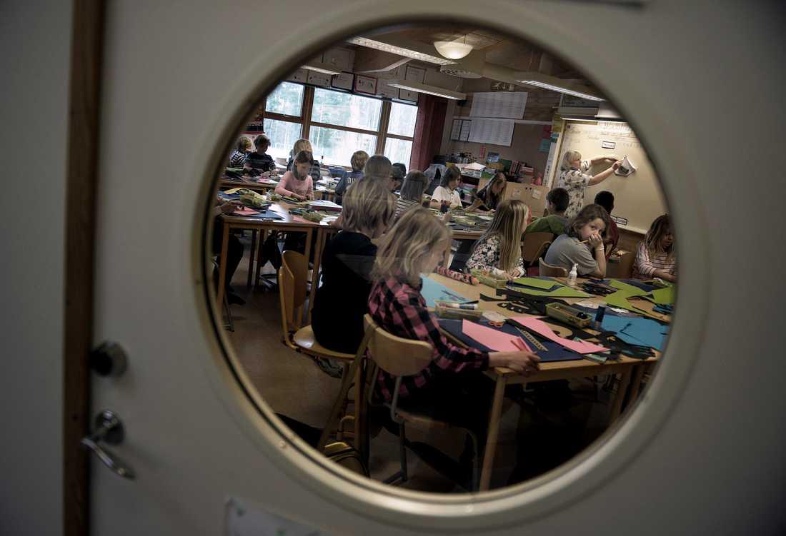 HÄR TRÄNGS ELEVERNA Det är inte ovanligt med 30 elever som delar på en lärare. Lärartätheten i Borås ligger under riksgenomsnittet. Personalen berättar att de knappt hinner ta hand om barnen med särskilda behov. Nu ska Borås grundskolor spara sammanlagt 50 miljoner. För Sjömarkenskolan innebär det att man får skära ner två till tre heltidstjänster.