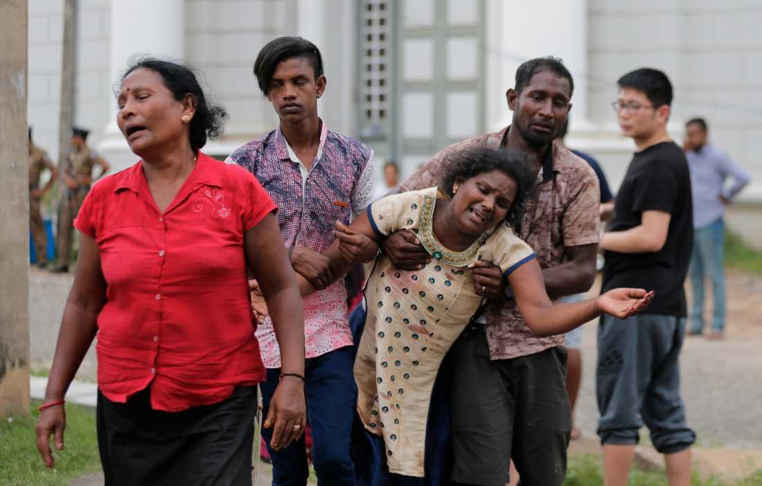 Anhöriga till ett av offren i Colombo.