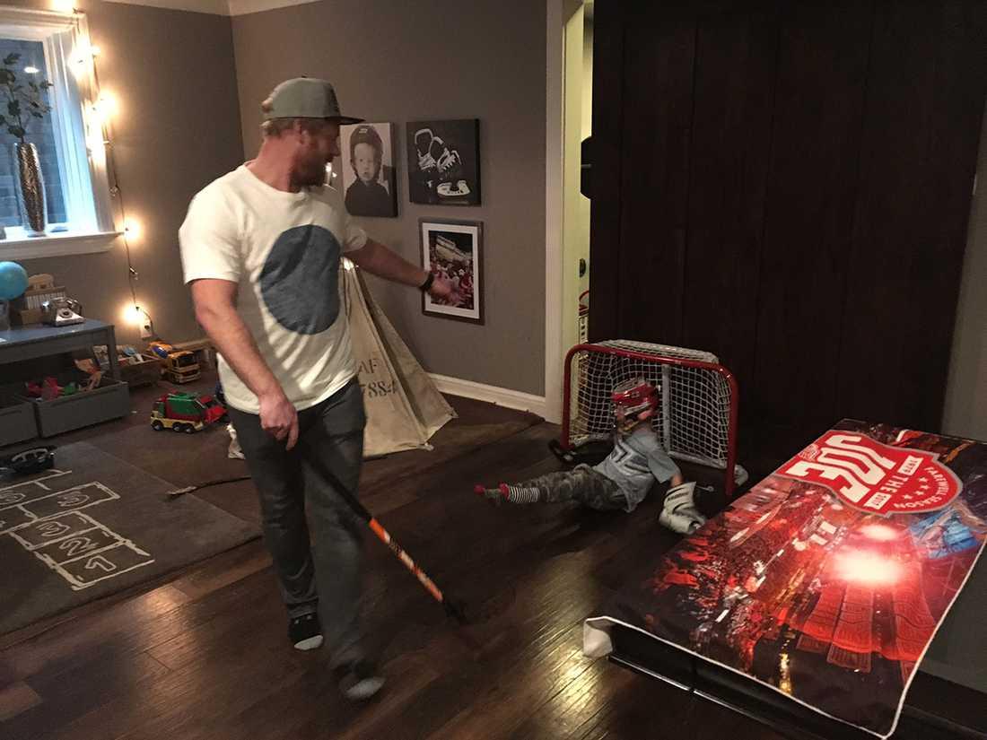 """Nere i källaren finns """"hockeyarenan"""" för sonen."""