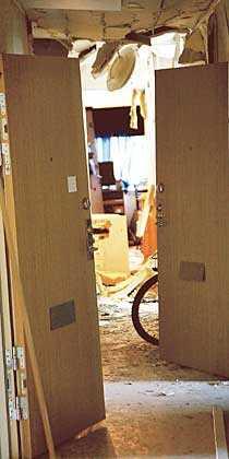 taket rasade in Explosionen efter bomben i går natt på Värmdö var så kraftig att den försörde flera lägenhetsdörrar i trapphuset.
