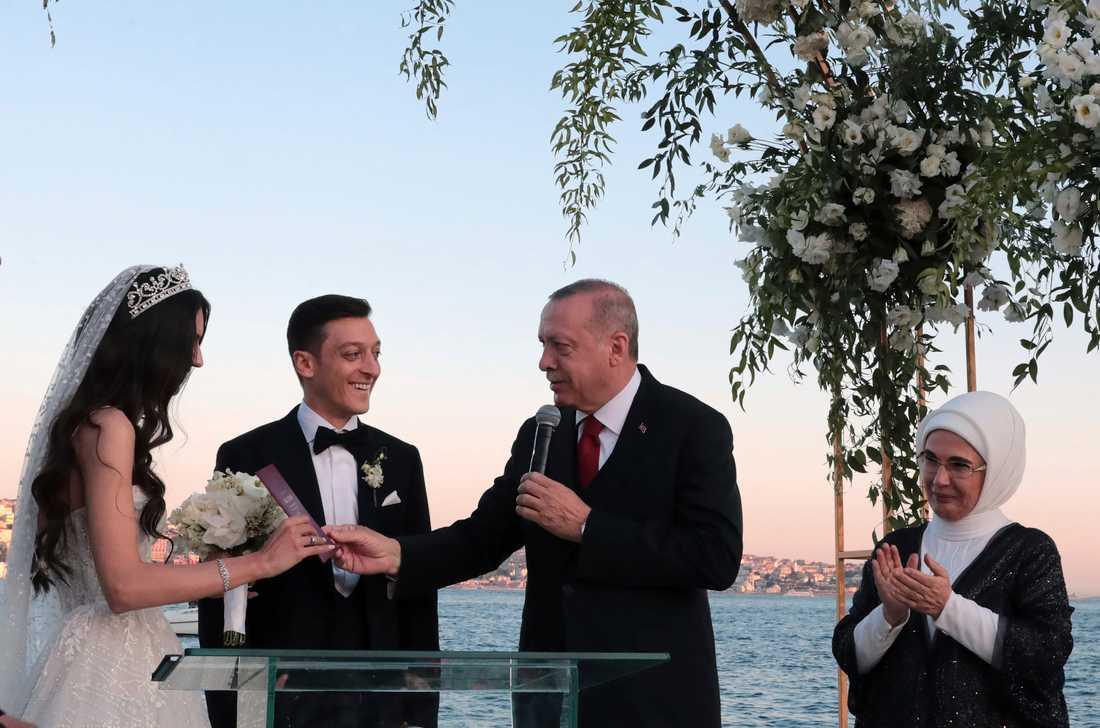Turkiets president Tayyip Erdogan var bestman till Mesut Özil när han tidigare i år gifte sig med svenska Amine Gülse. Arkivbild.