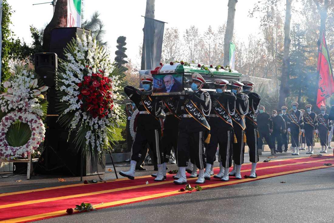 Soldater med Mohsen Fakhrizadehs kista under begravningsceremonin i Teheran under måndagen.