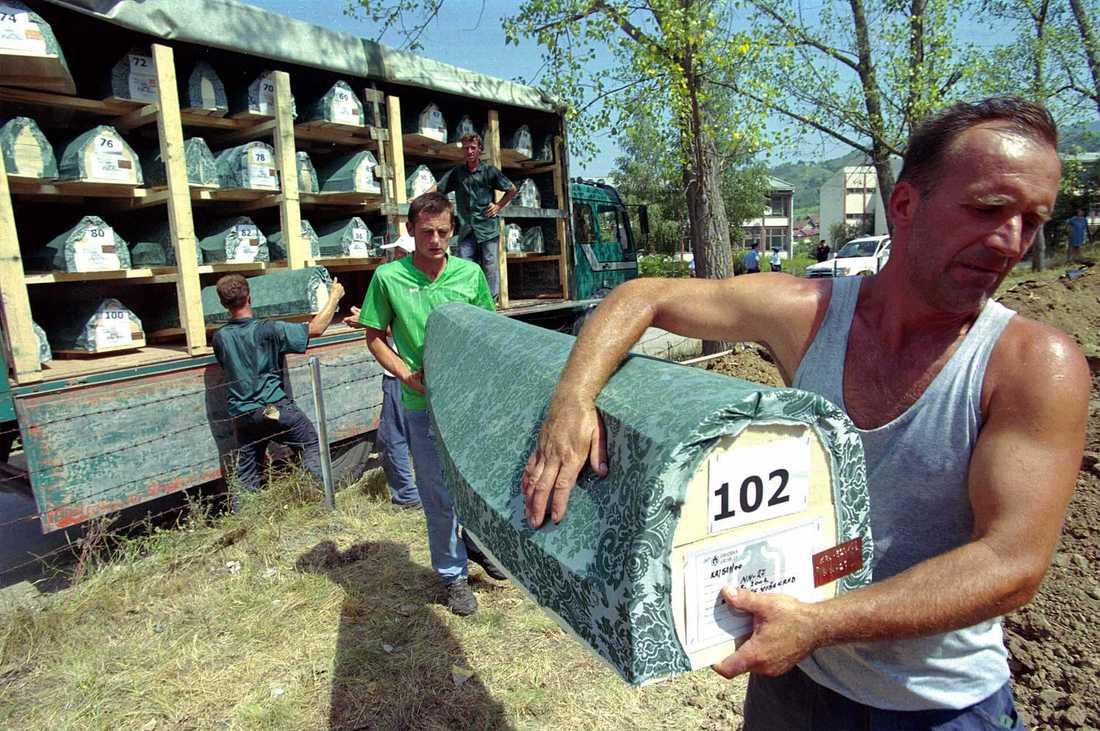 Arbetare bär en kista med en oidentifierad bosnisk muslim under en begravning i Visegrad, 120 km öster om Sarajevo, 5 augusti 2001. Hundratals har samlats till återbegravningen av 152 muslimer som dödades under kriget 1992–1995 och slängdes i massgravar.