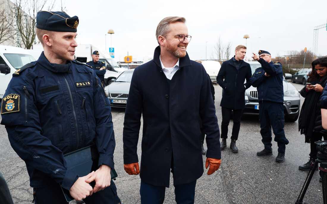 Inrikesminister Mikael Dambergs besöker närpolisen i Rosengård i samband med att polisprogrammet på Malmö universitet startade i fjol. Arkivbild.