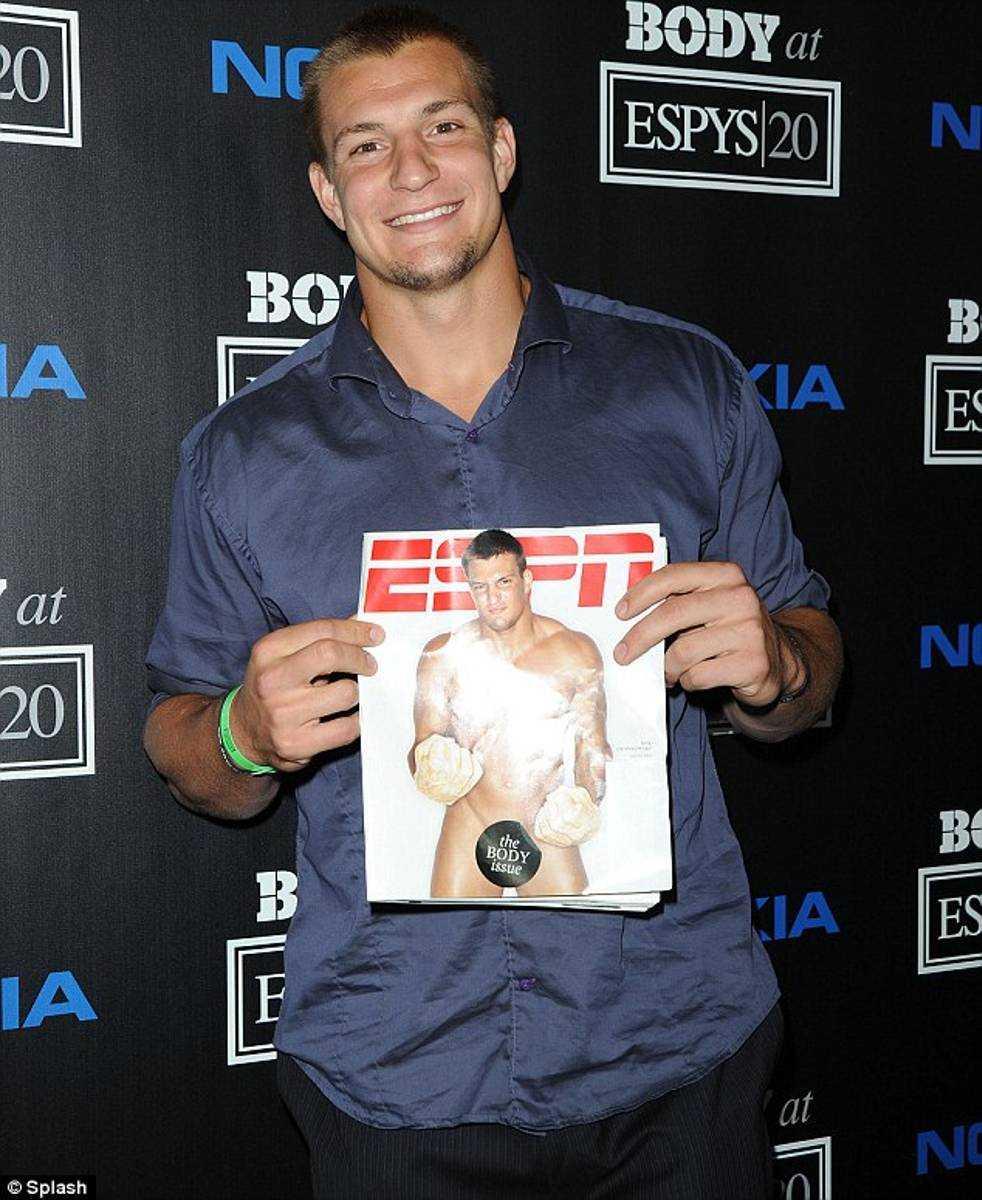 NFL-hunken Rob Gronkowski visar prov på attityd på sin bild.