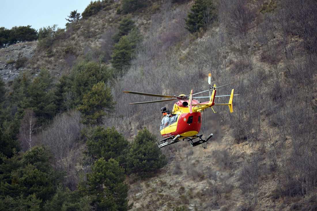 En fransk helikopter flyger nära Seyne i sydöstra Frankrike, nära olycksplatsen.