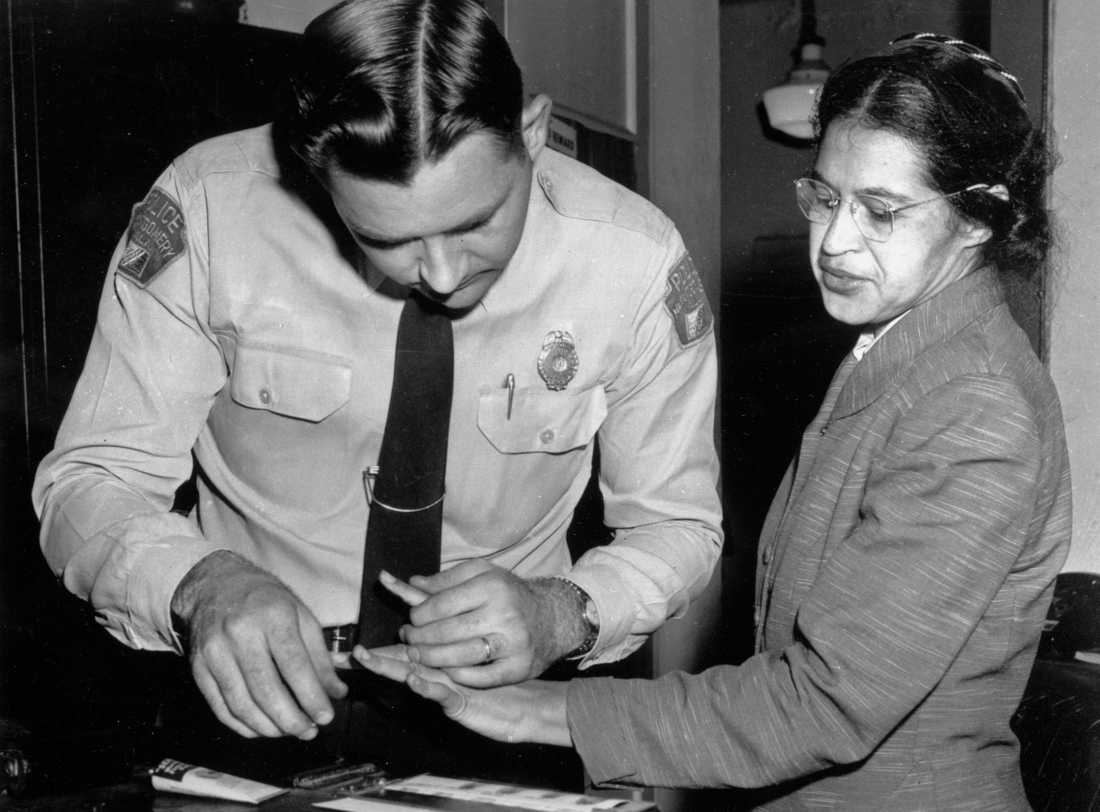Rosa Parks tvingas lämna fingeravtryck efter att ha gripits för att ha deltagit i kollektivtrafiksbojkotten i Montgomery. Arkivbild.