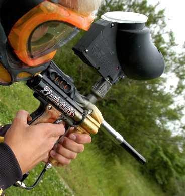 19-åringen misstänks ha använt ett paintballgevär som byggts om till ett livsfarligt vapen.