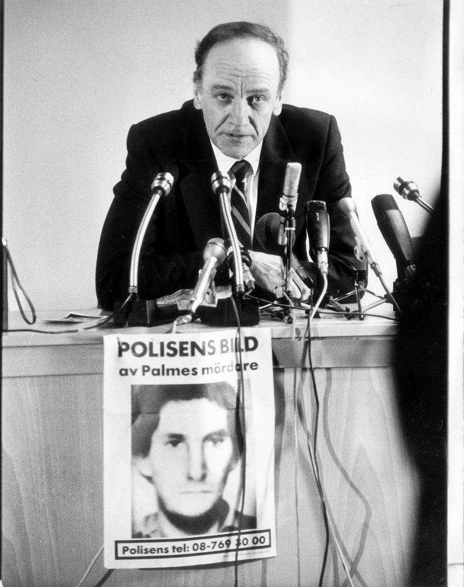 Den tidigare länspolismästaren Hans Holmér var övertygad om att Olof Palme mördades av kurder. Här presenterar han en fantombild av Palmes mördare den 28 april 1986.