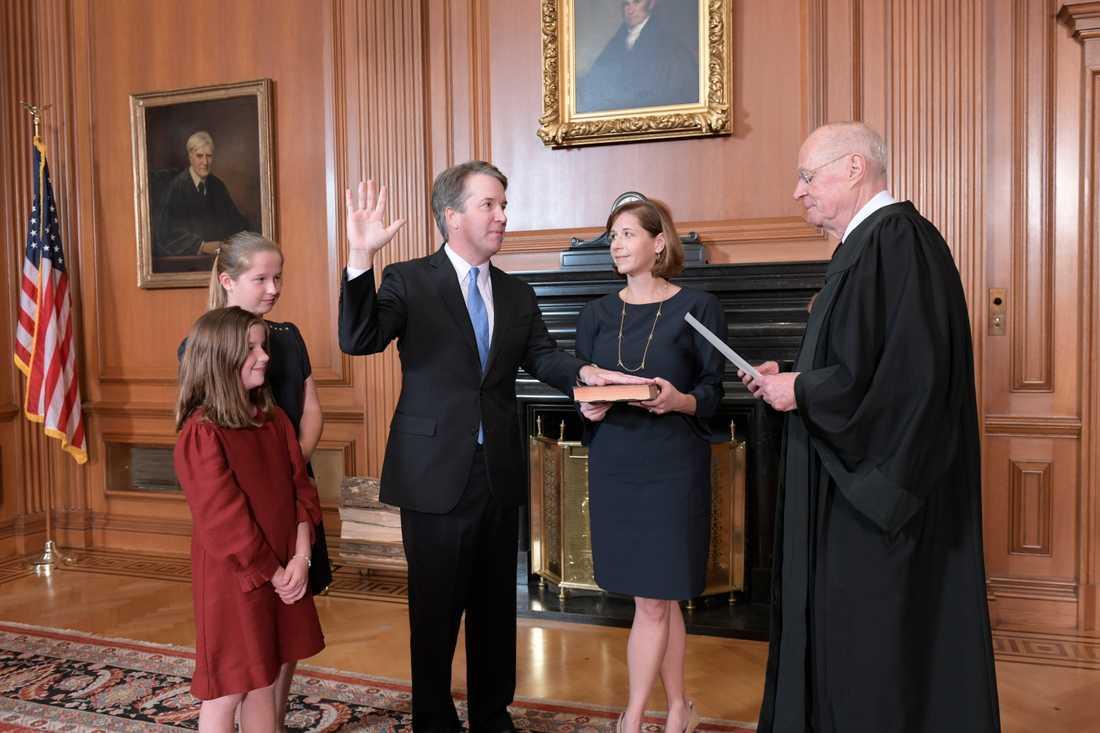 Brett Kavanaugh svärs in som domare i USA:s högsta domstol. Hans fru höll upp bibeln och den pensionerade domaren Anthony M Kennedy höll i ceremonin.