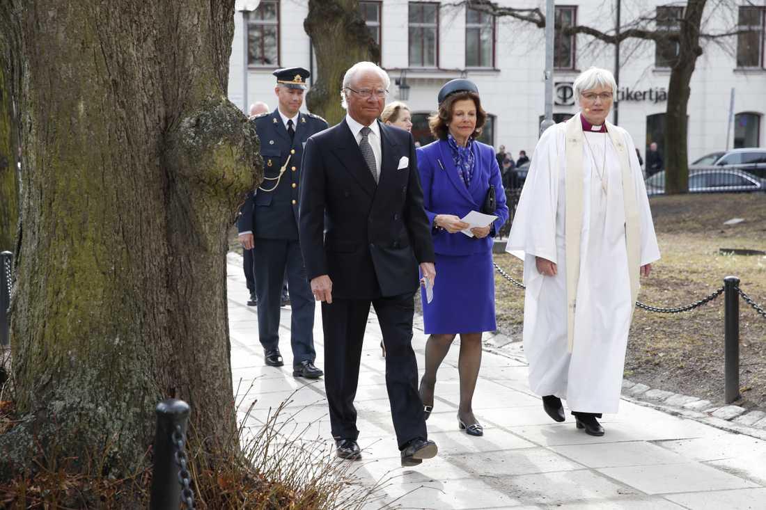 Kung Carl XVI Gustaf och drottning Silvia anländer till kyrkan tillsammans med ärkebiskop Antje Jackelén.