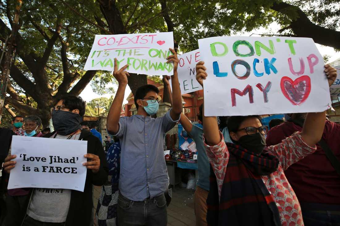 """Demonstranter i Bengaluru, i delstaten Karnataka, protesterar mot delstatens planer på att införa lagstiftning mot """"kärleksjihad"""". Arkivbild."""