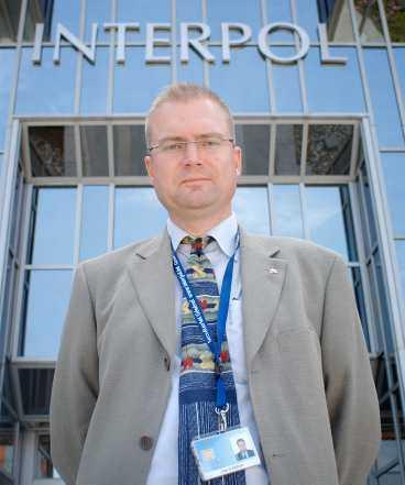 vill inte synas Först efter stor tvekan ställer Interpols nye svenske toppchef Jan Garton upp på bild. Policyn i världens största polisorganisation är att verka utan att synas.